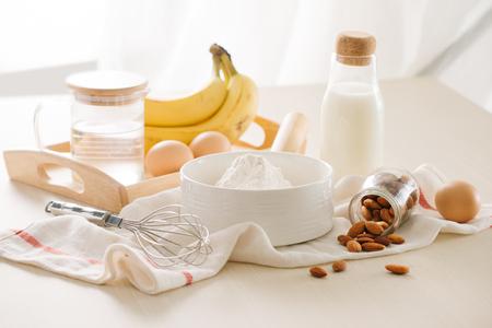Ingredientes y herramientas para hacer tarta de plátano sobre fondo blanco. Foto de archivo