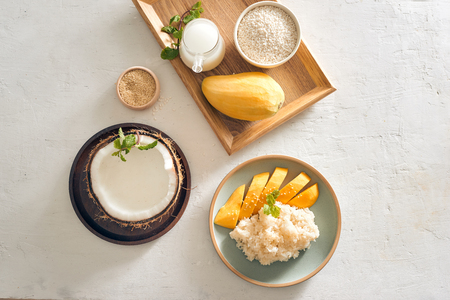 Thai food, Mango with Sticky Rice with all ingredients 免版税图像 - 123360875
