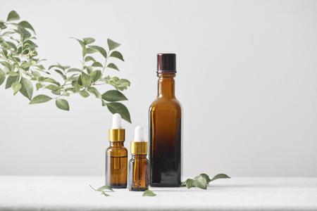 Bouteilles d'huile aromatique, médicaments sur fond en bois. Mise au point sélective, horizontale. Banque d'images