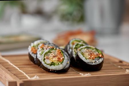 Koreaanse rol Gimbap(kimbob) gemaakt van gestoomde witte rijst (bap) en diverse andere ingrediënten