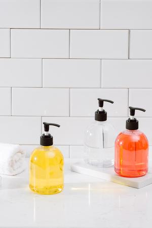 Spa-Kit. Shampoo, Seifenstück und Flüssigkeit. Duschgel. Aromatherapie-Salz Standard-Bild
