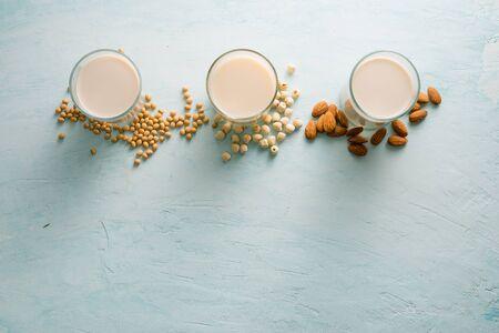 Gläser Milch: Mandel-, Soja- und Lotussamen. Ansicht von oben.