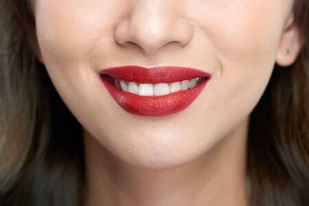 Gros plan des lèvres féminines. Beau sourire de jeune femme fraîche.