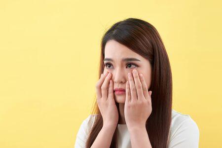 Mujer joven que tiene problemas de piel Foto de archivo