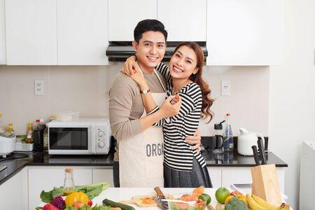 Couple d'amoureux cuisinant ensemble dans la cuisine à la maison Banque d'images