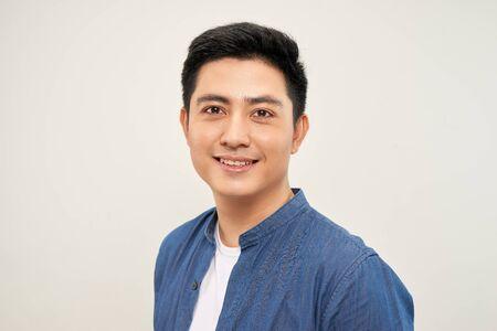 Sorridente uomo asiatico in piedi con le mani giunte. Concetto di lavori di ingegneria