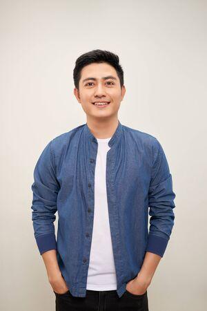 Homme asiatique souriant debout avec les mains jointes. Concept d'emplois d'ingénierie Banque d'images