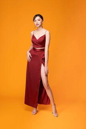 Colpo di moda della donna elegante in bellissimo abito lungo in posa in movimento