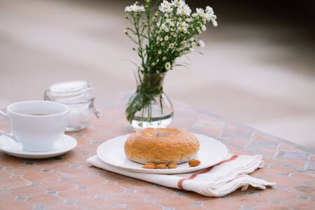 cup of coffee with bread on table in the morning with sunlight, breakfast 版權商用圖片 - 128768393