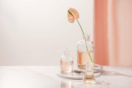 Estrazione organica naturale, soluzione di essenza aromatica floreale in laboratorio