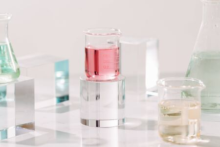 Bouteilles avec différentes huiles de parfum sur table