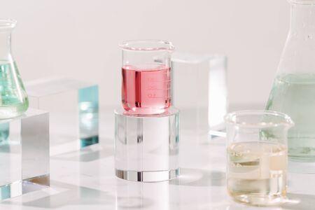 Frascos con diferentes aceites perfumados en mesa