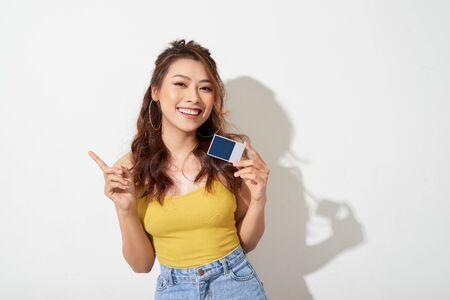 Foto, de, joven, sonriente, mujer asiática, tenencia, tarjeta