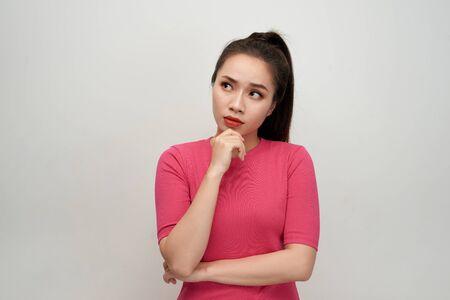 Portret pięknej słodkiej młodej kobiety o nowym pomyśle i patrząc na coś