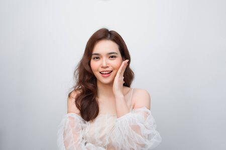 Beau visage de femme asiatique et peau parfaite. garder les détails des pores.