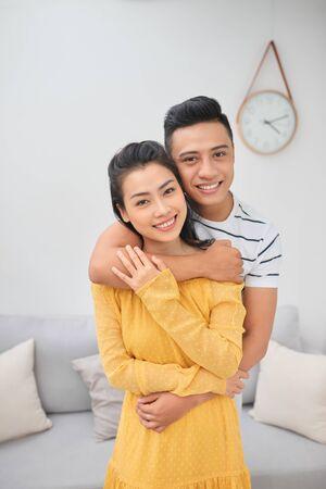 Romántico, pareja joven, se abrazar, en, sala