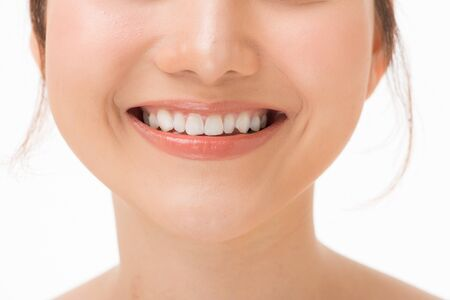 Hermosa sonrisa con dientes sanos, primer plano