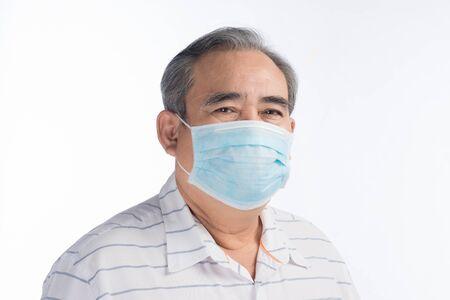 Asiatischer älterer Mann mit Gesichtsmaske isoliert auf weißem Hintergrund, selektiver Fokus.