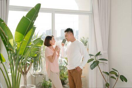 couple heureux se détendre ensemble à la maison avec une tasse de café