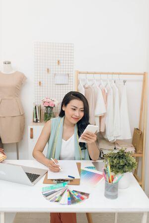 Fashion designer working in her workshop. Stockfoto