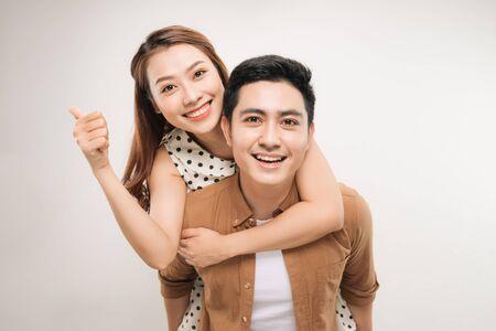 Image d'un joli couple s'amusant pendant que l'homme se superpose à sa petite amie Banque d'images