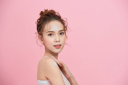 Beautiful Young Asian Woman with Clean Fresh Skin. Face care, Facial treatment, Cosmetology, beauty and healthy skin and cosmetic concept. Banque d'images
