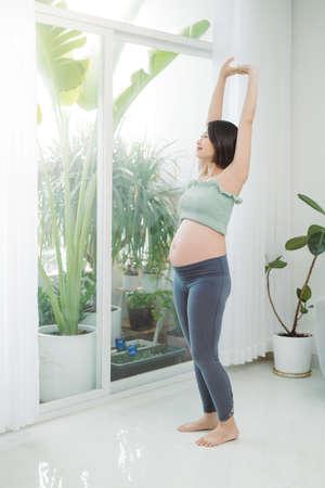 Fitness and gymnastics for pregnant women. Standard-Bild