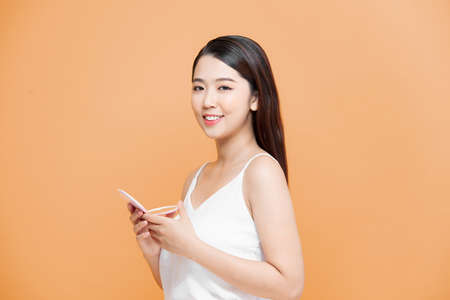 beautiful woman smartens up in front of compact mirror 免版税图像