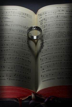 pentagramma musicale: Un libro, un anello e un cuore