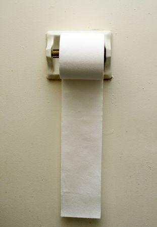papel higienico: papel higi�nico colgando contra un muro de color gris claro