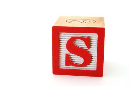 alphabet s: letra s en un bloque de madera del alfabeto en una superficie blanca