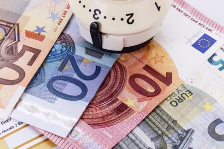 save heating costs: Thermostat with euro money