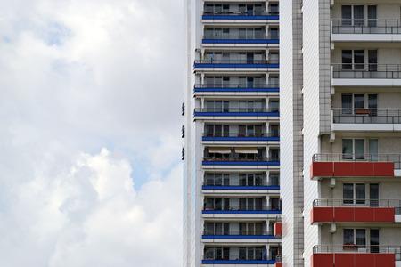 De gevel van een hoog gebouw met sommige ramen gesloten Stockfoto