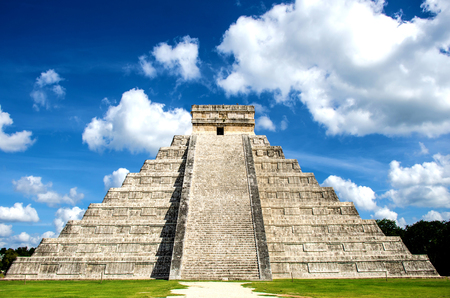The most remarkable structure at the Chichen Itza archaeological mayan site Imagens