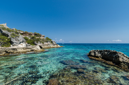 rocky cliffs at Isla Mujeres, Cancun Imagens