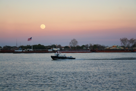 louisiana flag: Beautiful and big moon, Mississippi River in New Orleans, Louisiana