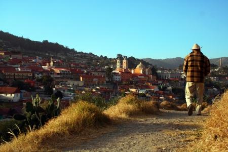 町歩くワーカー レアル ・ デル ・ モンテ、イダルゴ、メキシコに来ている老人の後姿
