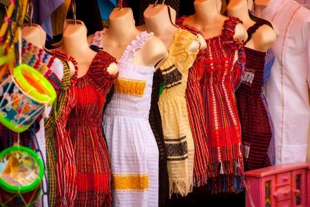 Vente de belles robes mexicains colorés à Xohimilco, au Mexique. Banque d'images - 20944519