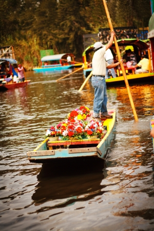 Picture of the colorful boats on ancient Aztec canals at Xochimilco in Mexico. Trajineras. 免版税图像