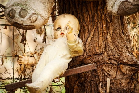 Poupée rampante pendaison d'un arbre à Xochimilco, Mexico. Banque d'images - 20944535