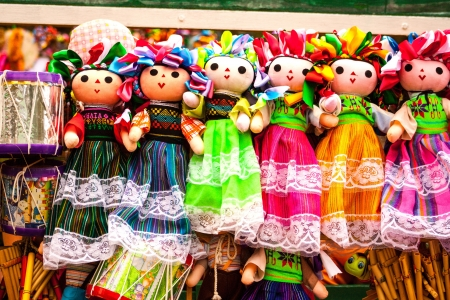 Verkoop van mooie kleurrijke Mexicaanse poppen in Xohimilco, Mexico. Stockfoto