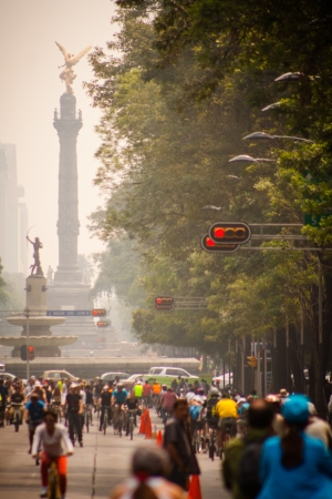pollution free: Photograph of cyclists at Mexico City. Angel Independencia behind.