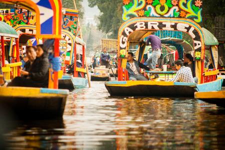 ソチミルコでカラフルなメキシコ ゴンドラ