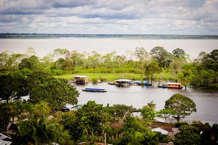río amazonas: Alta vista de río Amazonas y casas locales