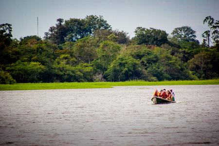 rio amazonas: Un barco en el r�o Amazonas laguna de la selva Editorial
