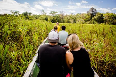 rio amazonas: Barco que navega en la densa selva en el r�o Amazonas