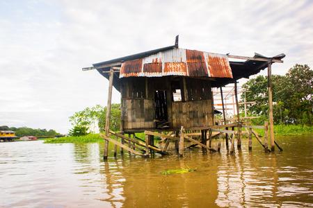 rio amazonas: Casa en el r�o Amazonas