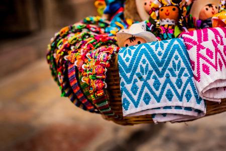 Mand van de traditionele poppen en Mexicaanse ambachten