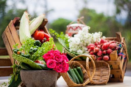 tafel met traditionele Mexicaanse groente en molcajete Stockfoto