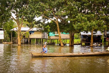 아마존 강에서 카누를하고있는 노인들.